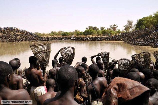 Binlerce Afrikalı yerli balık tutmak için göl başına geliyorlar. Yazılı olmayan kurallara göre herkes beklemek zorunda ortam gergin.