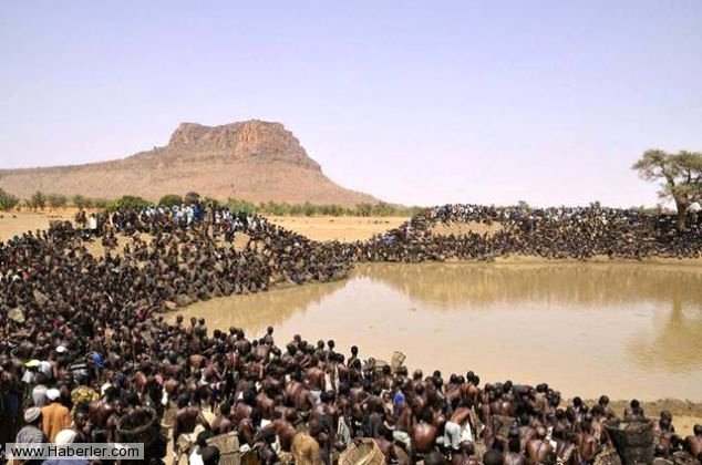 Yer Afrika Bandiagara bölgesi, yüksek sıcaklık suları kurutmuş. Afrika yerlileri bu dönemde çekilen suların içinde kalan balıkları yakalamak için özel bir gün tertip ediyorlar. Bu güne kadar bu gölden balık avlamak yasak. Göle kutsiyet atfedip göldeki balıkları yokluk zamanına kadar korumuş oluyorlar.