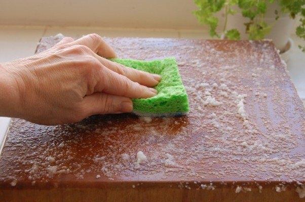 Kesme tahtalarını dezenfekte edin. Kesme tahtanızda oluşan kötü kokuları ve çıkmayan lekeleri çıkarmak için çok etkili bir yöntem. Sirkeyi tahtanıza döküp bulaşık süngerinizle ovalayın.