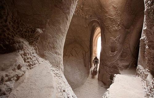 Bugün 68 yaşında olan Paulette, bu mağaranın kapısından içeriye gireli tam 10 yıl oldu.